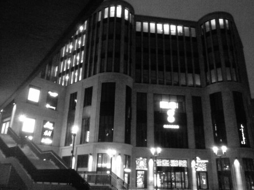 Einkaufszentrum Gerber in Stuttgart am Morgen. Wechsel aus Licht und Dunkelheit.